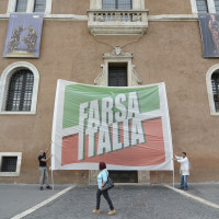 Farsa Italia via crucis
